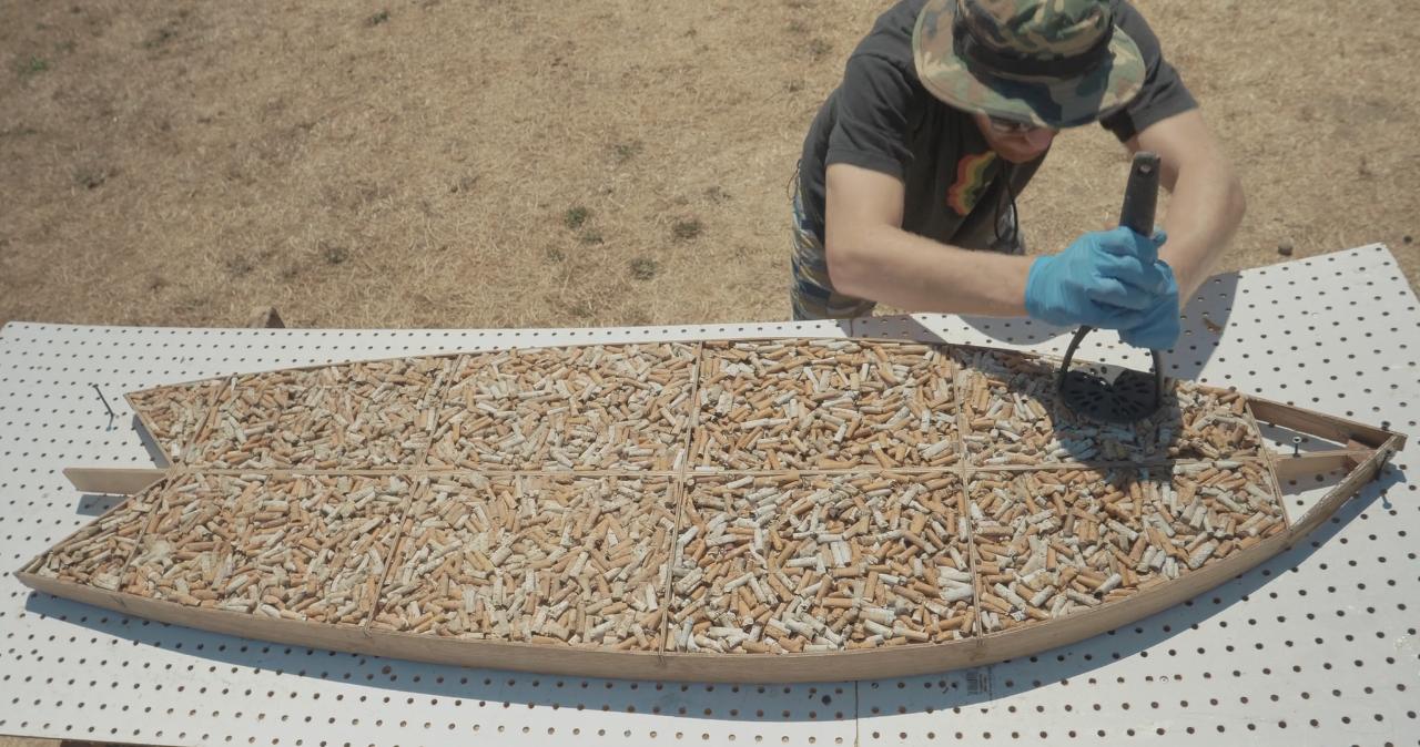 La primera tabla de surf hecha con colillas de cigarrillo